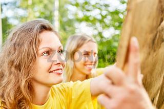 Junge Frauen in einem Spiel oder Wettstreit