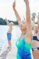 Gruppe Senioren macht Wellness Gymnastik