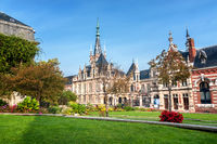 Palais Bénédictine mit Nebengebäuden und Garten in Fécamp, Normandie, Frankreich