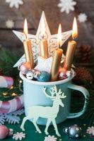 Rustikale Tasse mit bunter Dekoration zu Weihnachten