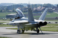 Kampfflugzeug auf der Rollbahn