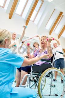 Seniorin im Rollstuhl in der Fitness Gruppe