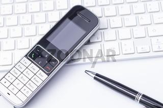 Telefon Keyboard und Kugelschreiber