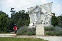 Besucher am Denkmal Der Durchbruch - Statue der Europäischen Freiheit von Miklos Melocco in Erinnerung an das Paneuropäische Picknick am 19. August 1989 am einstigen Eisernen Vorhang an der Grenze zwischen Ungarn und Österreich