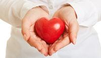 Hände halten Herz als Gesundheit Vorsorge Konzept