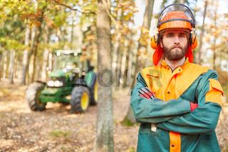 Waldarbeiter oder Forstwirt in Schutzkleidung