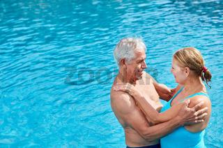 Senioren Paar im Freibad schaut verliebt