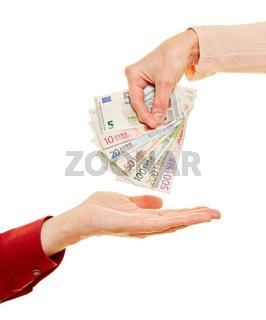 Frau gibt Mann Geld in Form von Euro Geldscheinen