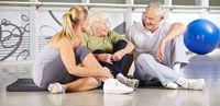 Gruppe Senioren macht Pause im Fitnesscenter