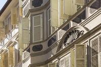 Häuserfassaden mit Klappläden in Bozen, Südtirol, Italien