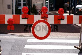 Straßenabsperrung mit Signalleuchten
