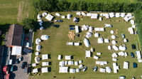 Luftaufnahme mit Drohne von einem Zeltlager und Marktstände bei einem Mittelalter Spektakel