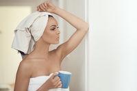 Attraktive Frau nach der Dusche mit Kaffee