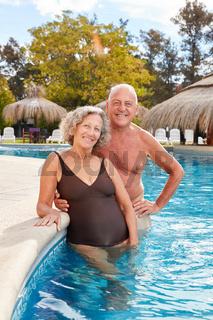 Glückliches Paar Senioren im Swimmingpool