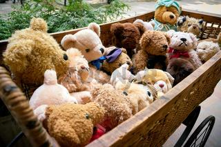 Bären als Souvenier in einem Puppenwagen