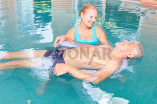 Senior lernt Entspannung beim Wasseryoga