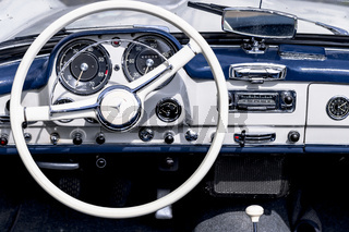 Oldtimer Mercedes Benz 190 SL, Baujahr 1962, 1884 ccm, 105 PS, 175 km/h, Nahaufnahme des Armaturenbretts mit Lenkrad
