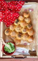Knusprige Broetchen in Form eines Weihnachtsbaum