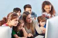 Schüler Gruppe lernt am Computer