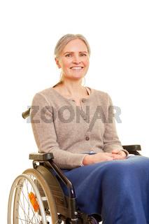 Ältere Frau lächelt im Rollstuhl