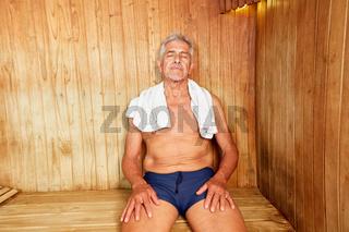 Senior Mann genießt Wärme in der Sauna