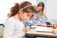 Mädchen nutzt Social Media im Unterricht der Schule