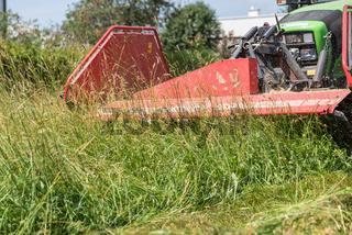 Grünfutter mit Traktor und Frontmähwerk mähen - Detail