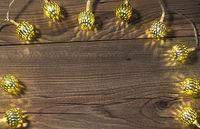 Lichterkette auf Holztisch