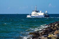 Schiff auf der Ostsee in Warnemünde