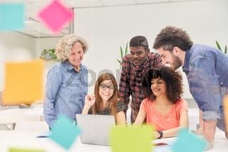 Start-Up Business Team am Computer im Büro