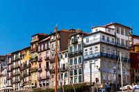 Historische Häuserfassade in der Altstadt von Porto am Ufer des Douro-Flusses