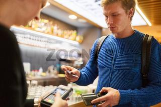 Kunde bezahlt mit Smartphone App im Einzelhandel