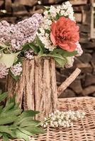 Blumenstrauß mit Flieder und Pfingsrosen