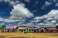 Teehäuser und Fastfood-Restaurants an der Hauptstrasse bei Ulaanshiveet