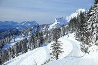 Blick auf ein Winterskigebiet