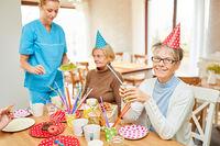 Senioren bei Geburtstagsfeier am Kaffeetisch