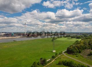 Panorama aus der Vogelperspektive der Rheinwiesen in Duisburg