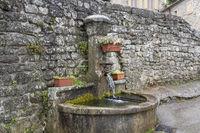 Typischer Brunnen in der Ortschaft Chambonas, Südfrankreich