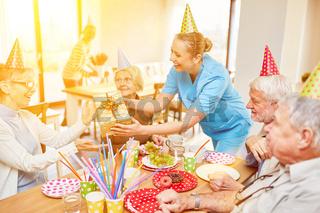 Senioren feiern Geburtstag im Altersheim