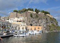 Hafen und Burgberg von Lipari