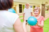 Trainer und Senior Frau mit einem kleinen Gymnastikball