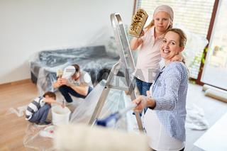 Familie und Kinder haben Spaß beim Renovieren