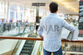 Mann als Verbraucher und Kunde