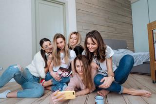 girls on the floor make selfie