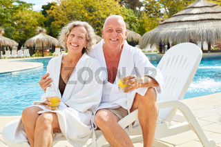 Senioren Paar im Wellness Urlaub am Pool
