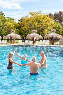 Senioren Gruppe bei Aquafitness im Pool