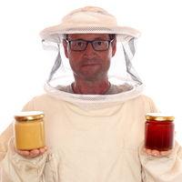 Imker mit Honiggläsern