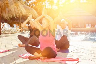 Senioren Gruppe im Yoga Kurs im Wellness Urlaub