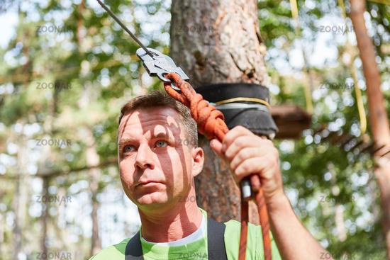 Klettergurt Für Hochseilgarten : Foto junger mann im hochseilgarten blickt ängstlich bild