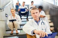 Oberarzt mit Verantwortung und Kompetenz mit Team